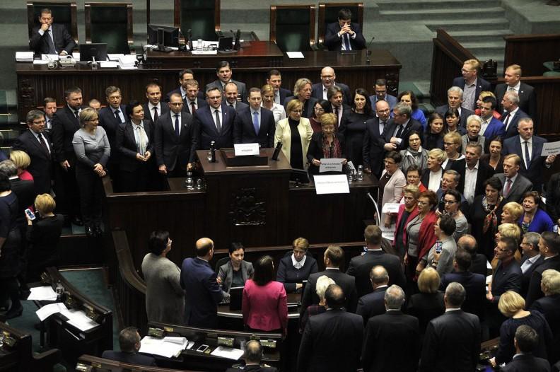 Blokowanie mównicy sejmowej przez Platformę Obywatelską i Nowoczesną, 16 grudnia 2017. Fot.: Wiki Commons/CC BY-SA 2.0