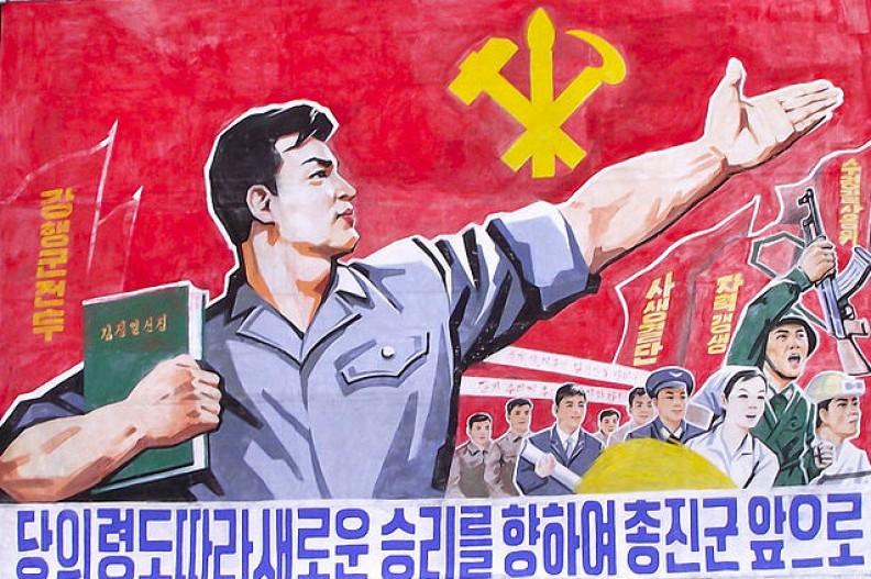 Plakat propagandowy na ulicach północnokoreańskiego Pjongjangu. Fot.: Mark Fahey