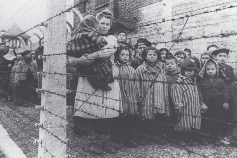 W momencie oswobodzenia obozu Auschwitz-Birkenau uratowano około 400 dzieci. Fot.: z książki