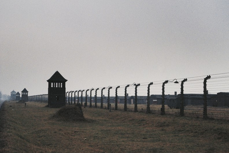 Fragment odcinka B II w obozie w Auschwitz-Birkenau Fot.: Adam Bujak z książki