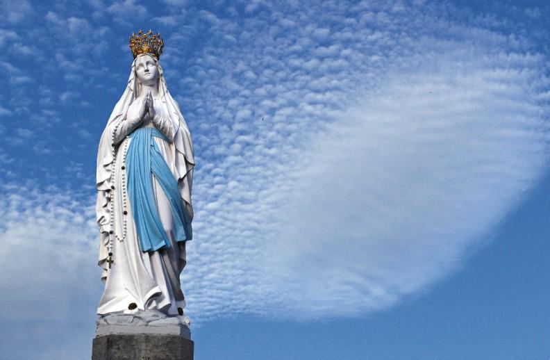 Statua Matki Bożej Ukoronowanej na końcu Esplanady naprzeciwko bazylik w Lourdes. Fot.: z albumu