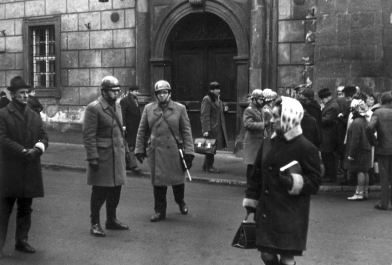 Po studenckich protestach na Uniwersytecie Jagiellońskim prowadzące na Rynek ulice zostały zabloko-wane. Fot. Wacław Klag