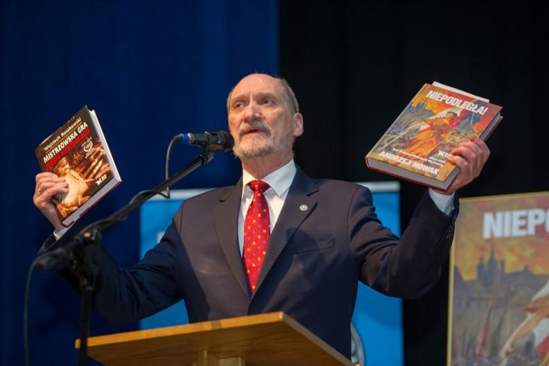 Antoni Macierewicz prezentuje książki