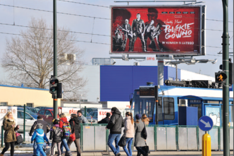 """W dzisiejszych czasach pod działania artystyczne podciąga się niemal każdy wygłup, wyuzdanie i kłamstwo. Na zdjęciu bilboard reklamujący film """"Polskie gówno"""", Kraków, luty 2015 r. Fot. Adam Bujak"""