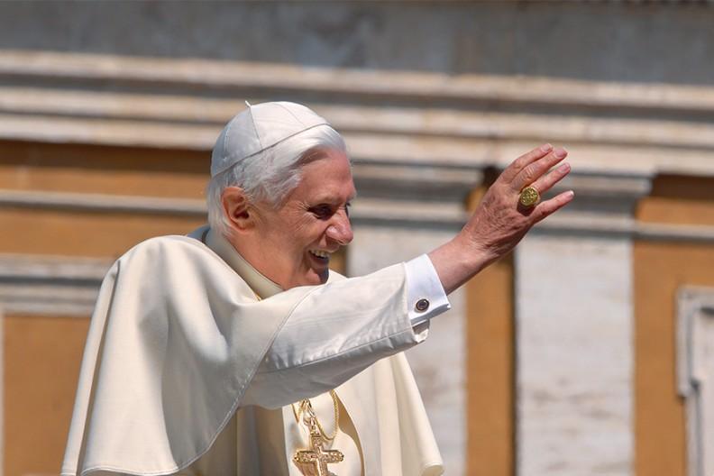 Ojciec Święty Benedykt XVI. Fot.: Adam Bujak /Jan Paweł II i Benedykt XVI śladami Jezusa. Z Ziemi Świętej do Watykanu