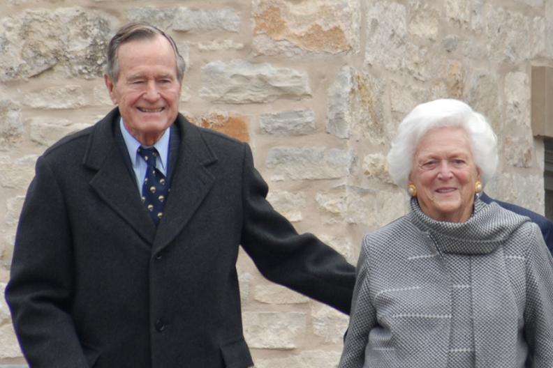 George H. W. Bush, były prezydent Stanów Zjednoczonych Ameryki z dawną Pierwszą Damą – Barbarą Bush na otwarciu Galerii George'a Busha w Muzeum Wojny na Pacyfiku (Teksas, USA) / Fot.: Robert D. Martinez