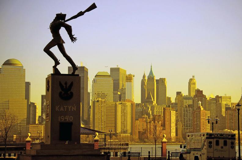 Pomnik Katyński w Jersey City, który ma zostać usunięty. Polacy na całym świecie walczą o to, aby na to nie pozwolić. Fot.: Colin Knowles/CC-BY-SA-2.0