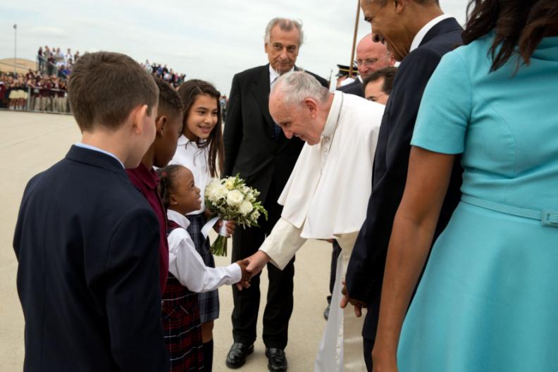 Ojciec Święty Franciszek wita się z dziećmi ze szkoły katolickiej, w obecności ówczesnego prezydenta Baracka Obamy, podczas wizyty do Stanów Zjednoczonych Ameryki (25 września 2015 r.). / Źródło: Biały Dom