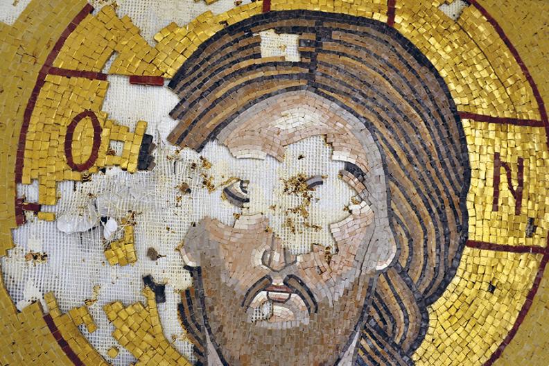 Zdjęcie ma charakter symboliczny. Ikona z przestrzelonymi oczami - niemal zawsze terroryści strzelali ikonom w oczy, uważając, że wtedy Bóg nie widzi, co czynią... / Fot.: Adam Bujak.