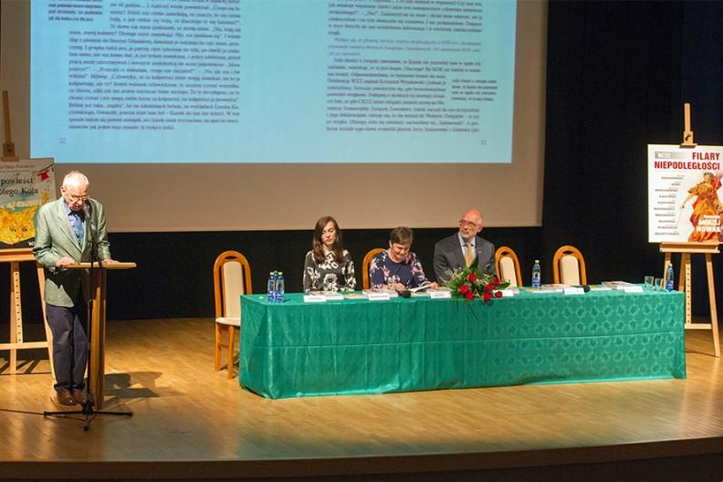 Spotkanie prowadził Leszek Długosz (przy mikrofonie). Za stołem od lewej: Aleksandra Przybylska, dr Justyna Chłap-Nowakowa i prof. Andrzej Nowak.