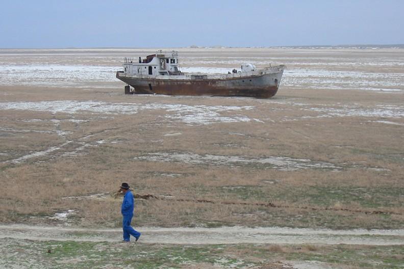 Wyschnięty obszar Morza Aralskiego. / Źródło zdjęcia: Wikimedia
