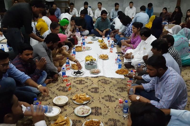 Wspólny posiłek spożywany po zachodzie słońca. Fot.: AsiaNews@YouTube