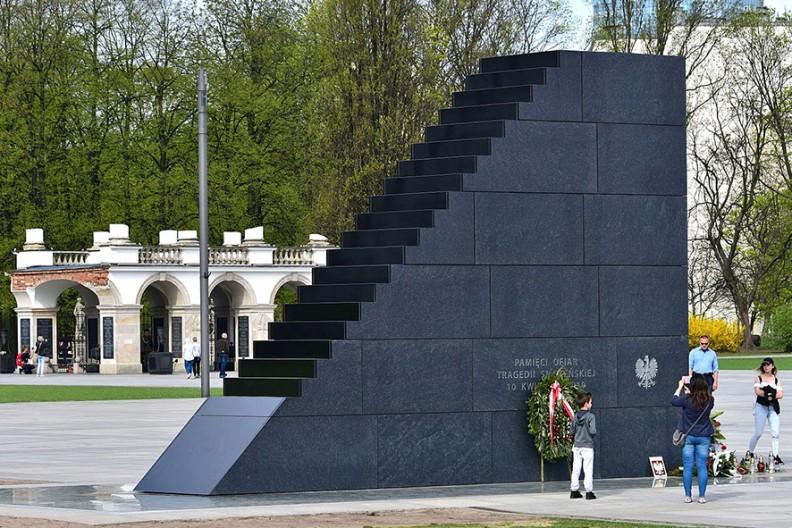 Pomnik Ofiar Tragedii Smoleńskiej 2010 roku w Warszawie. Fot.: Wikimedia / Adrian Grycuk