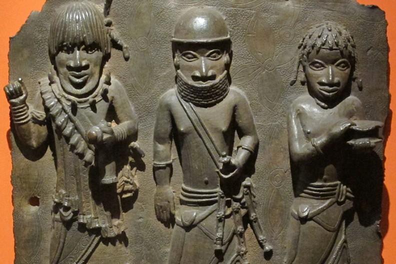 Benin, płyta z trzema wojownikami z przełomu XVI-XVII wieku. Fot.: Wikimedia