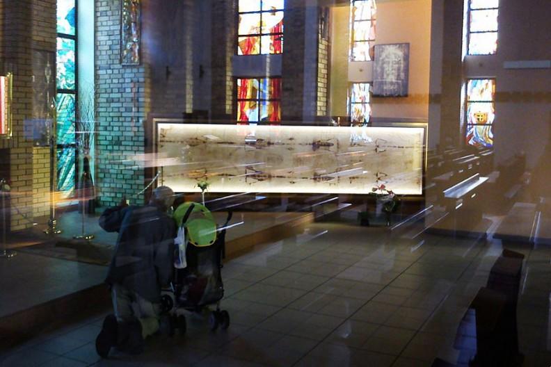 Replika Całunu Turyńskiego - Poznań, kościół Miłosierdzia Bożego, os. Jana III Sobieskiego. Fot.: Wikimedia
