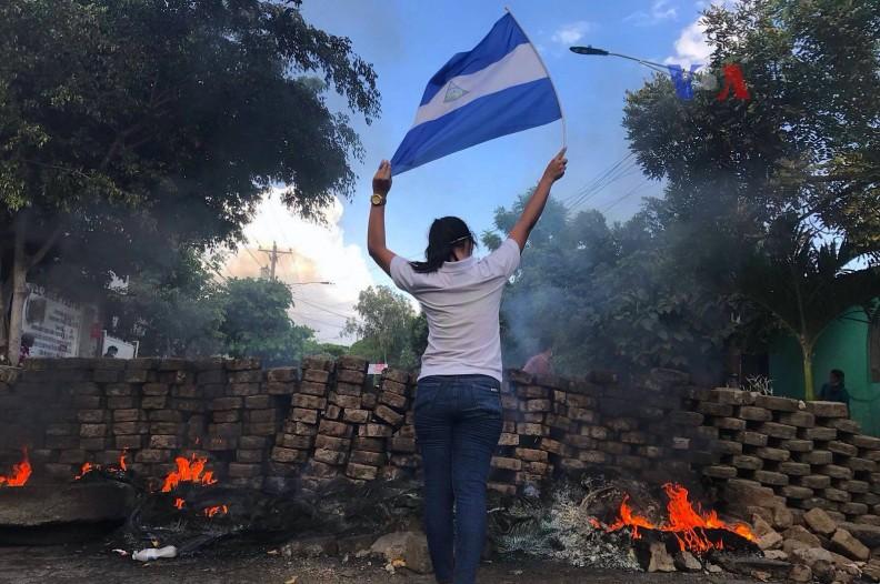 Dziewczyna protestująca przeciwko rządom skrajnej lewicy w Nikaragui.
