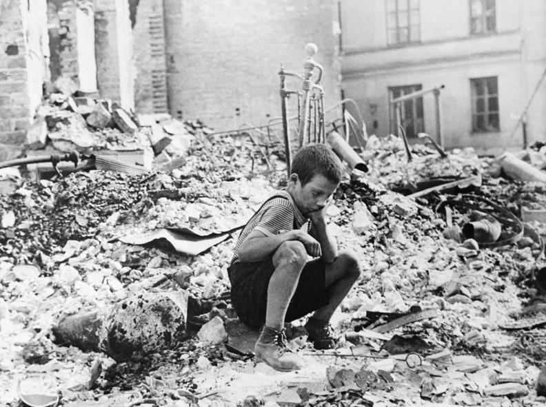 Polski chłopiec w ruinach miasta podczas Powstania Warszawskiego.