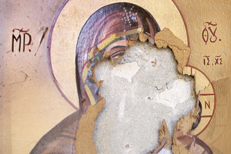 Źródło: Biały Kruk / Imigranci u Bram, str. 10 - zniszczony przez islamistów obraz Matki Bożej