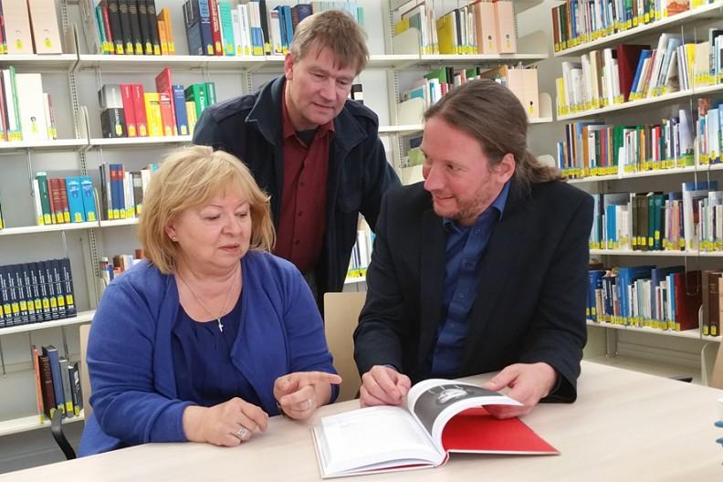 Krystyna Szayna-Dec rozmawia z dr. Claasem Rieckenem (w środku), pracownikiem naukowym Nordfriisk Instituut i dr. Christianem Schmidtem, dyrektorem Nordfriisk Instituut. Fot: Peter Willers