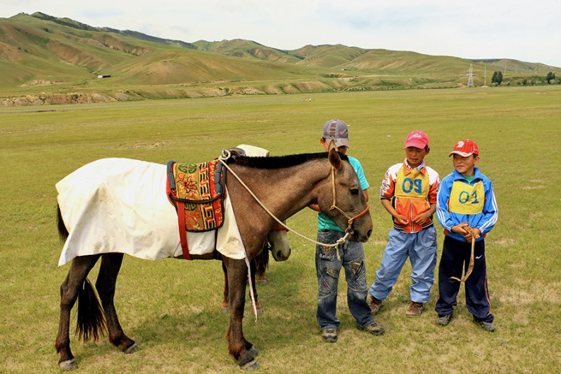 Fot. Marcin Konsek / Młodzi jeźdźcy i konie na stepie podczas lokalnego festiwalu Naadam