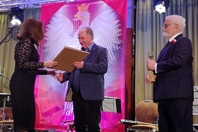 Prezes wydawnictwa Biały Kruk Leszek Sosnowski odbiera nagrodę z rąk Katarzyny i Jana Pietrzaków. Fot. BK