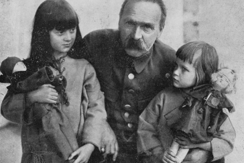 Fot. Biały Kruk / Archiwum / Marszałek Piłsudski z córkami Jadwigą i wandą, lata 20. XX w.