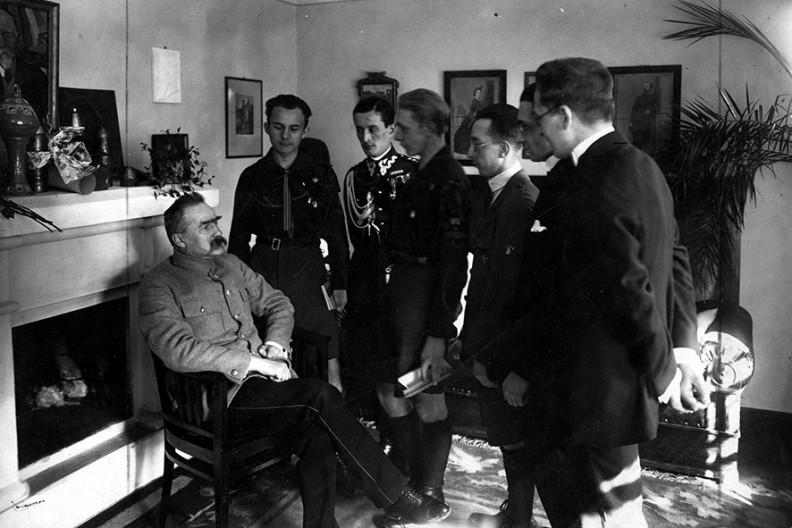 fot. NAC / Uroczystości imieninowe Piłsudskiego w Sulejówku. Marszałek przyjmuje delegacje harcerzy przybyłą z życzeniami, 19 marca 1925 r.