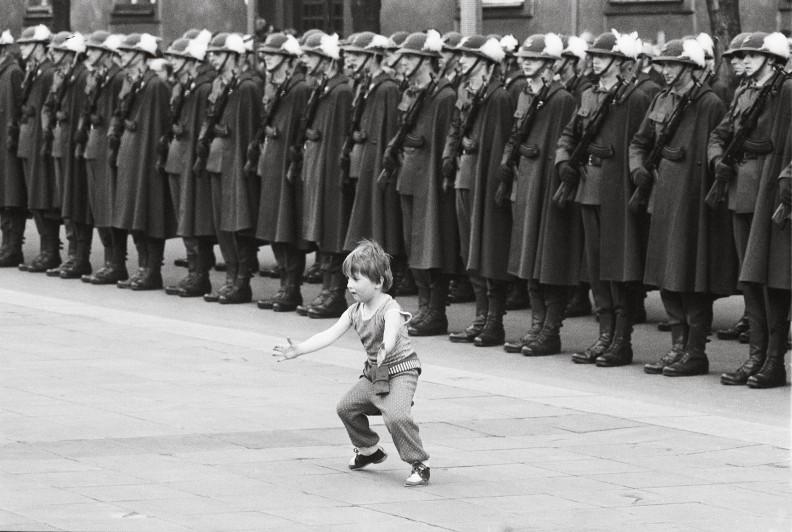 Lata 80. Czyżby ten chłopiec chciał zatrzymać wszystkie te pochody i defilady? Jakże symboliczne zdjęcie… Niebawem miało się okazać, że to właśnie do tego malca należała przyszłość…