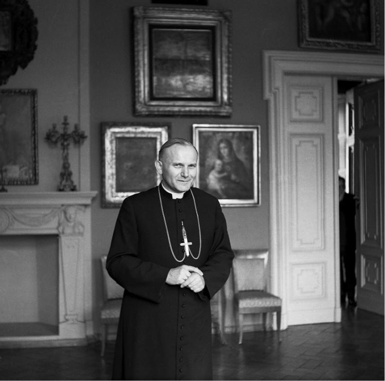 Oficjalne zdjęcie kard. Karola Wojtyły wykonane w Sali Błogosławieństw Papieskich (dzisiejsza nazwa) w Kurii Arcybiskupiej, gdzie do dziś metropolici krakowscy przyjmują swoich gości. Zdjęcie powstało latem 1967 r., zaraz po kreacji kardynalskiej Karola Wojtyły.
