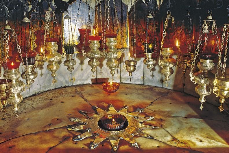 Srebrna gwiazda umieszczona w Grocie Narodzenia-centralnym miejscu Bazyliki Bożego Narodzenia w Betlejem.Tutaj na świat przyszedł Chrystus.