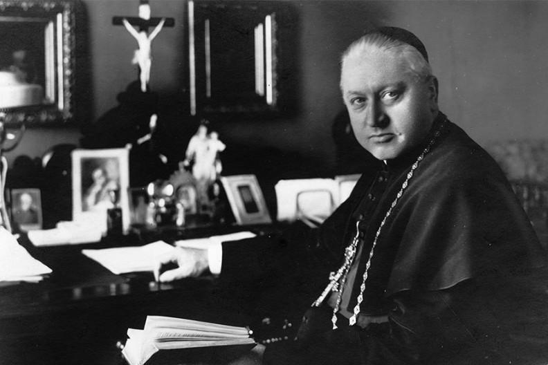 August Hlond - arcybiskup metropolita gnieźnieński, kardynał, Prymas Polski przy pracy w swoim gabinecie w mieszkaniu na Ostrowiu Tumskim. Fot. NAC