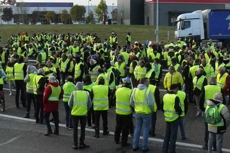 """Demonstracja """"żółtych kamizelek"""" we Francji. Fot. Wikimedia"""