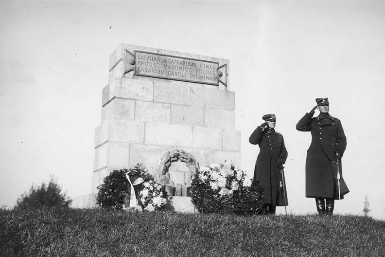 Złożenie kwiatów pod pomnikiem upamiętniającym polskich żołnierzy poległych w walkach o Dyneburg. Fot. NAC