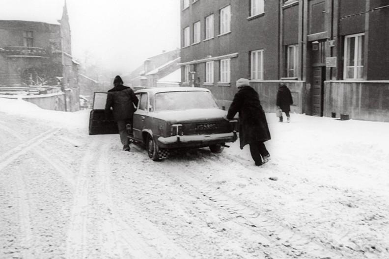 """Fiat 125 był bardzo dobrym samochodem, ale z dodatkiem literki """"p"""" stawał się takim właśnie pojazdem, jak na zdjęciu. Sztukę pchania Polacy opanowali w wysokim stopniu; marzeniem było móc ustawić się na jakimś, choćby niewielkim wzniesieniu – wówczas, aby wystartować, wystarczał popych np. małżonki, która potem dobiegała do auta."""