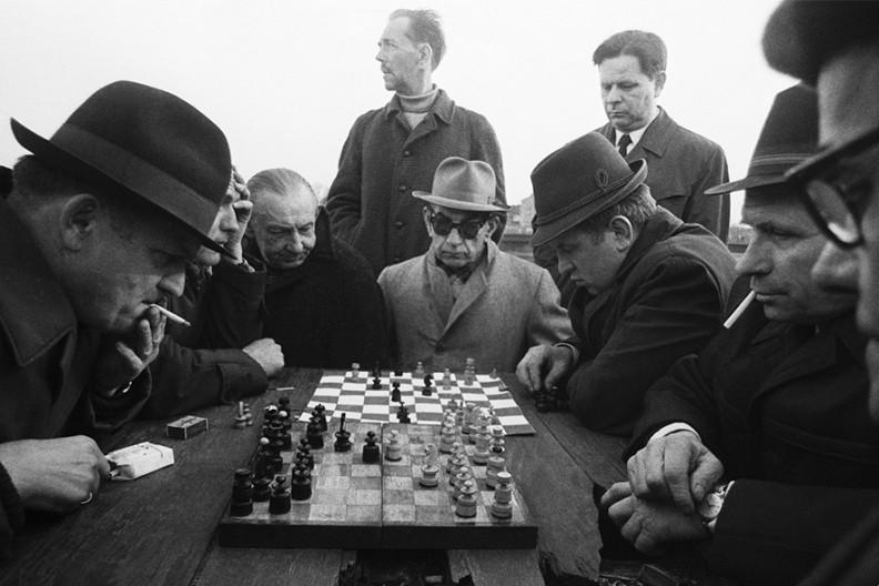 O, proszę państwa, na wałach pod Wawelem w szachy grali poważni goście; krążyły opowieści o tym, jak najlepsi z tych amatorów pokonywali zawodowych mistrzów. Do walki z tymi, którzy codziennie, jeśli tylko nie lało, zjawiali się na wałach, byle kto nie miał po co zasiadać – załatwiony był najdalej w kilkunastu ruchach.