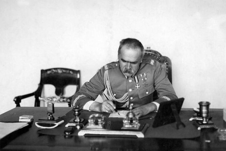 Piłsudski przy biurku podczas pracy wBelwederze. Zdjęcie zlat 30. XX w.