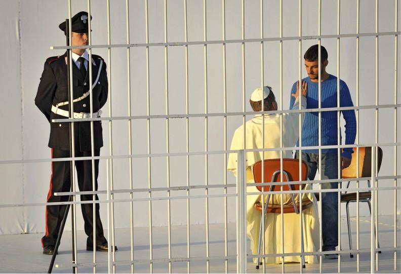 Czwarta zaprezentowana tego wieczoru inscenizacja nawiązywała do przebaczenia. Widzowie zobaczyli pamiętną rozmowę papieża Jana Pawła II zAli Agcą wceli włoskiego więzienia. Scenę przebaczenia zamachowcy młodzi nagrodzili oklaskami.
