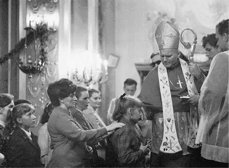 Sakrament Bierzmowania  w Makowie Podhalańskim. Kard. Wojtyła przekazuje bierzmowanym dar Ducha Św. i namaszcza ich olejem Krzyżma.