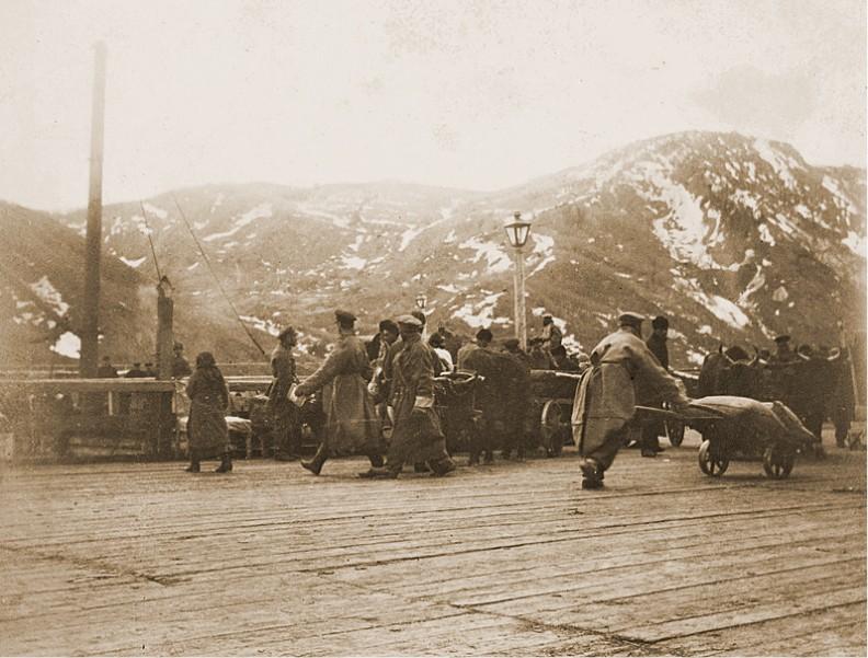 Nowo przybyli syberyjscy zesłańcy kierują się do więzienia. Fotografia wykonana w latach 1890. na Sachalinie przez Bronisława Piłsudskiego.