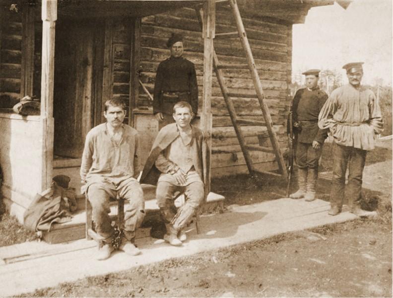 Syberyjscy zesłańcy w kajdanach i ich strażnicy, 1892–96. Sam Józef Piłsudski został w młodości skazany na pięć lat zsyłki na Sybir.