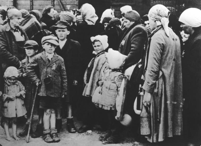 Auschwitz II – Birkenau. Przywiezienie transportu Żydów zWęgier na specjalną bocznicę irampę kolejową. (Fot. SS, 1944 r.)