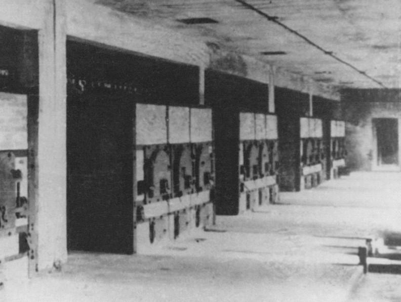 Auschwitz II – Birkenau. Wnętrze krematorium nr II – hala z piecami do spalania zwłok zamordowanych ludzi. (Fot. SS, 1943 r.)