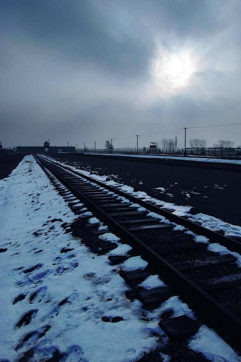 Auschwitz II – Birkenau.  Bocznica kolejowa wraz z rampą prowadziły od głównej bramy, pod komory gazowe ikrematoria.