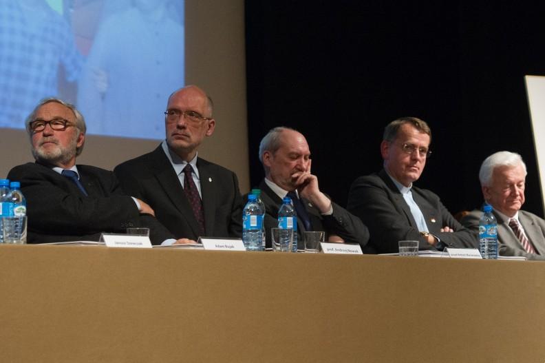 Podczas spotkania wydawnictwa Biały Kruk (od lewej): Adam Bujak, prof. Andrzej Nowak, poseł Antoni Macierewicz, ks. prof. Dariusz Oko i prof. Janusz Kawecki.