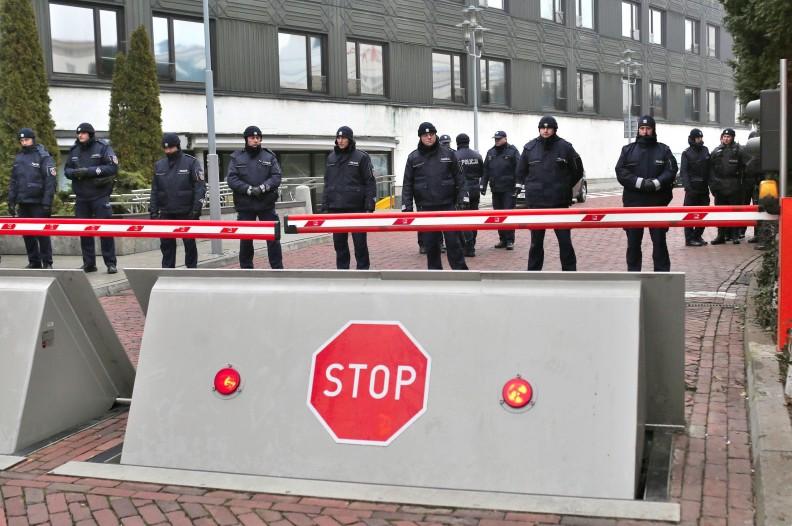 Policja 17 grudnia 2016 blokuje dojazd do Sejmu. Fot.: Wiki Commons/CC BY-SA 2.0
