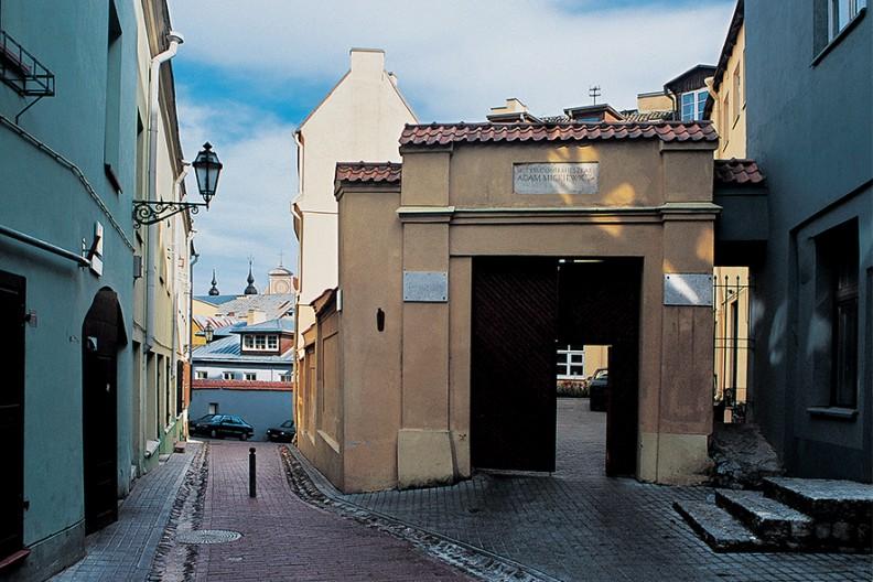 Zaułek Literacki - ulica, na której pod nr 5 mieszkał w roku 1823 Adam Mickiewicz.