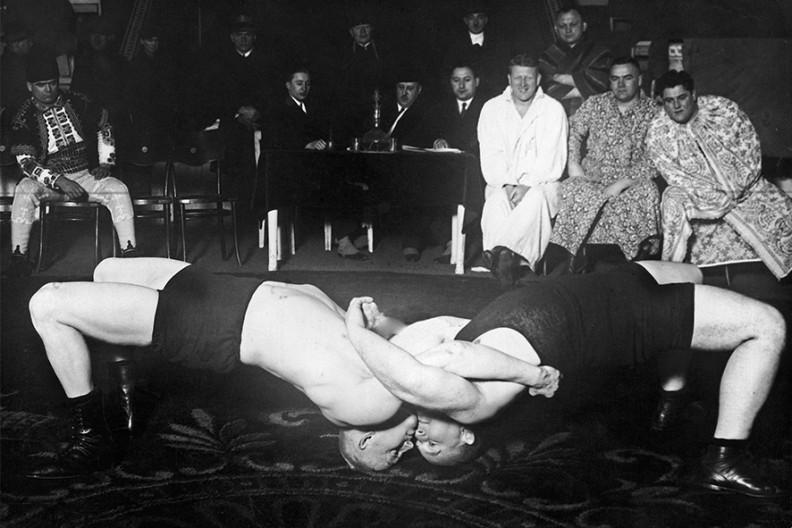 Walka zapaśnicza pomiędzy polskim zawodnikiem Teodorem Sztekkerem a Austriakiem Benoldem w Warszawie w 1927 r.