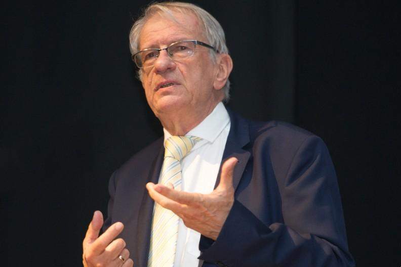 Prof. Wojciech Roszkowski, autor książki