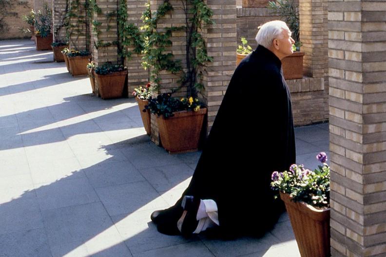 Wczesnym rankiem w Wielką Sobotę 18 kwietnia 1987 r. św. Jan Paweł II udał się do ogrodów na dachu Pałacu Apostolskiego, aby tam samotnie odprawić Drogę Krzyżową przy kamiennych stacjach umieszczonych wzdłuż muru. Z aparatem fotograficznym dyskretnie towarzyszył mu artysta fotografik Adam Bujak.