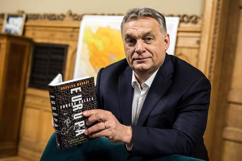 """Premier Węgier Viktor Orbán podczas lektury książki Douglasa Murraya """"Przedziwna śmierć Europy"""". Fot. www.facebook.com/orbanviktor"""
